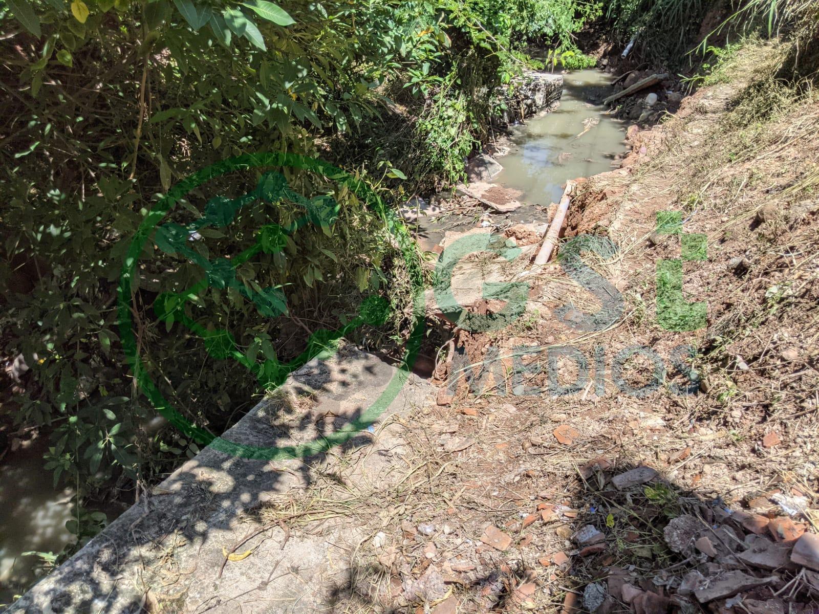 Arroyo de aguas negras tumba banqueta en el Coapinole