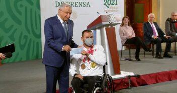 Entregan más de 110 millones a atletas olímpicos y paralímpicos