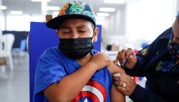 Juez ordena vacunar contra Covid a todos los menores de 12-17 años